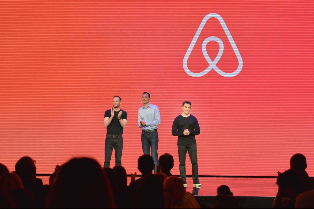 Em 2008, Brian Chesky, Joe Gebbia e Nate Blecharczyk fundaram a Airbnb. O primeiro anúncio foi um quarto no apartamento de Brian e Joe na Rausch Street em São Francisco.
